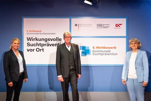 Foto der Online-Preisverleihung des 8. Wettbewerbs, Singa Gätgens (Moderatorin), Gernot Kiefer (GKV-Spitzenverband) und Prof. Dr. med. Heidrun Thaiss (BZgA) © BZgA, Foto: Christoph Petras/pr bild
