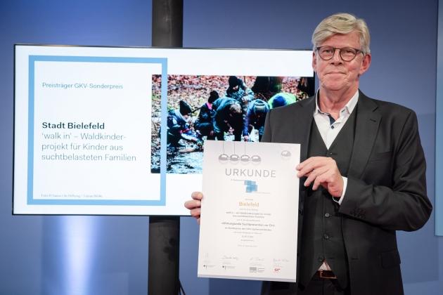 Foto von der Preisverleihung durch Gernot Kiefer (GKV-Spitzenverband) an die Stadt Bielefeld © BZgA, Foto: Christoph Petras/pr bild