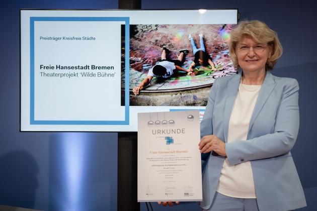 Foto von der Preisverleihung durch Prof. Dr. med. Heidrun Thaiss (BZgA) an die Freie Hansestadt Bremen © BZgA, Foto: Christoph Petras/pr bild