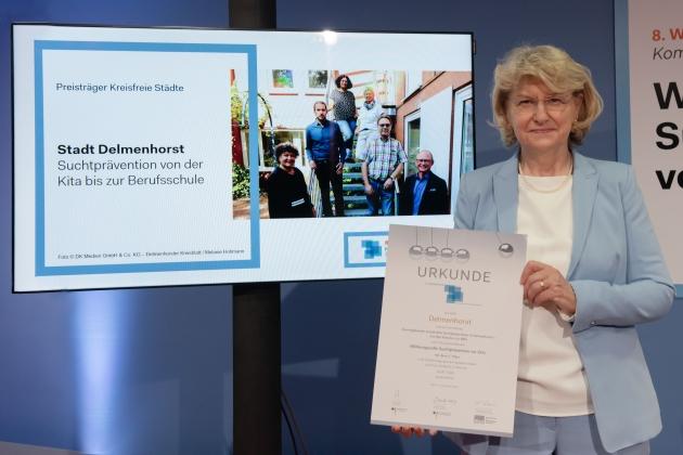 Foto von der Preisverleihung durch Prof. Dr. med. Heidrun Thaiss (BZgA) an die Stadt Delmenhorst © BZgA, Foto: Christoph Petras/pr bild