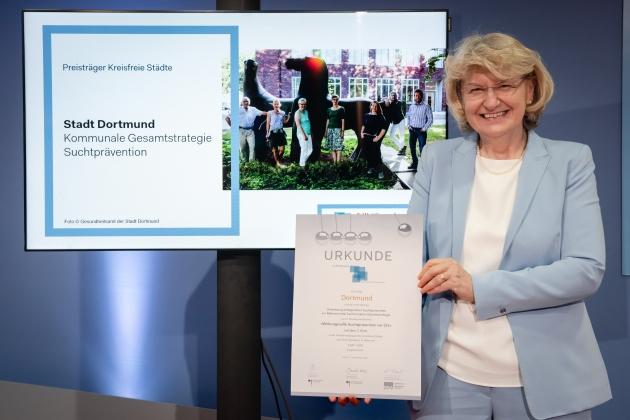 Foto von der Preisverleihung durch Prof. Dr. med. Heidrun Thaiss (BZgA) an die Stadt Dortmund © BZgA, Foto: Christoph Petras/pr bild