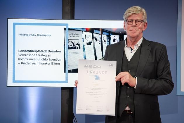 Foto von der Preisverleihung durch Gernot Kiefer (GKV-Spitzenverband) an die Landeshauptstadt Dresden © BZgA, Foto: Christoph Petras/pr bild