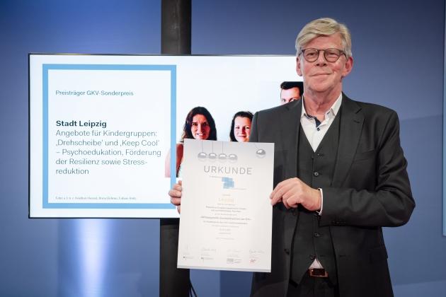 Preisverleihung durch Gernot Kiefer (GKV-Spitzenverband) an die Stadt Leipzig © BZgA, Foto: Christoph Petras/pr bild