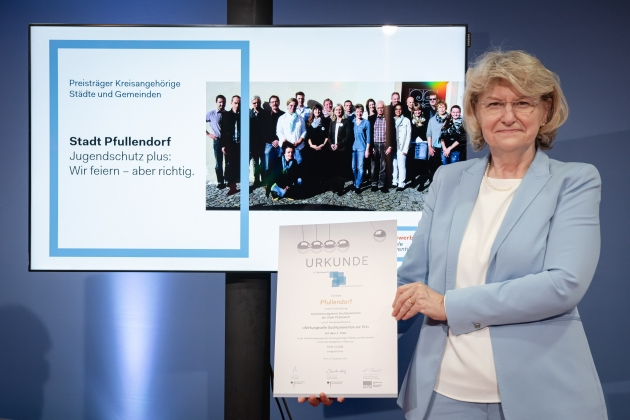 Foto von der Preisverleihung durch Prof. Dr. med. Heidrun Thaiss (BZgA) an die Stadt Pfullendorf © BZgA, Foto: Christoph Petras/pr bild