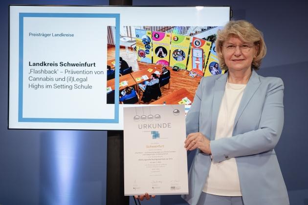 Foto von der Preisverleihung durch Prof. Dr. med. Heidrun Thaiss (BZgA) an den Landkreis Schweinfurt © BZgA, Foto: Christoph Petras/pr bild
