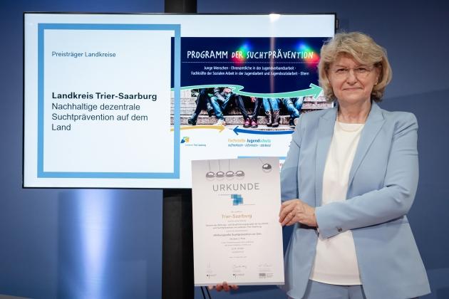 Foto von der Preisverleihung durch Prof. Dr. med. Heidrun Thaiss (BZgA) an den Landkreis Trier-Saarburg © BZgA, Foto: Christoph Petras/pr bild