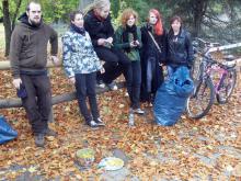 Jugendliche räumen im Cheltenhampark auf, 26.10.2012 (1)