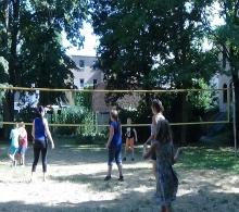 Volleyballspiel mit den Eltern